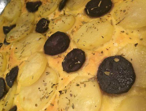 Focaccia allo zafferano con patate gialle e viola