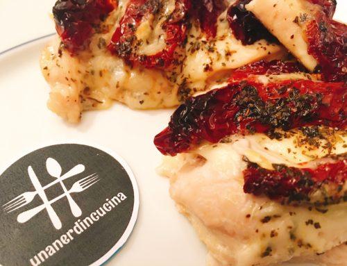 Pollo Hasselback con mozzarella e pomodorini secchi
